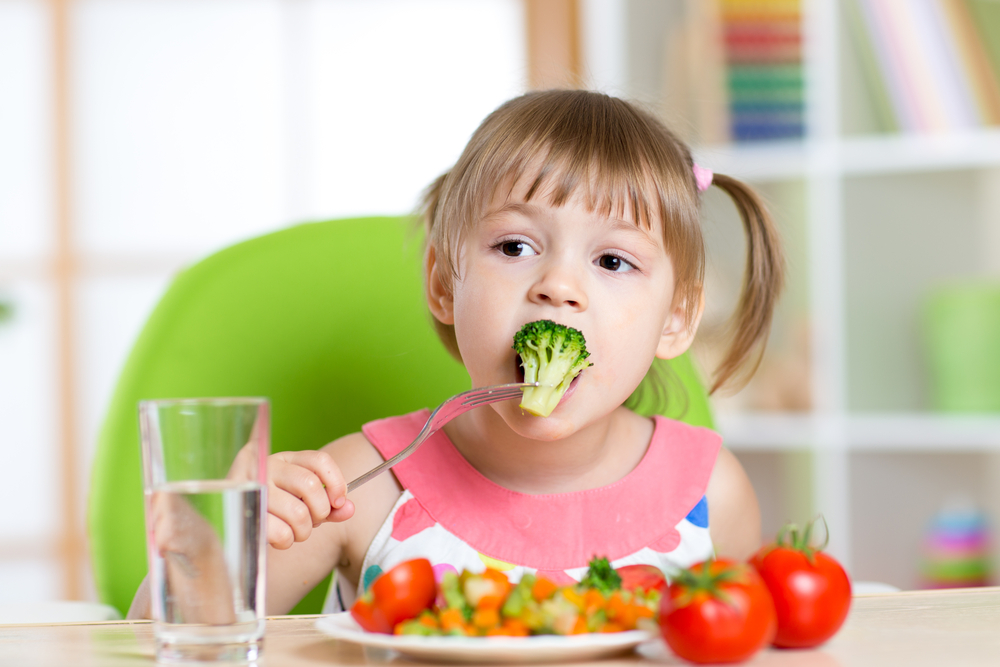 healthy eating for children Children like the predictability of family meals and parents get a chance to catch up with their kids kids who take part in regular family meals are also make it easy for kids to choose healthy snacks by keeping fruits and vegetables on hand and ready to eat other good snacks include low-fat yogurt.