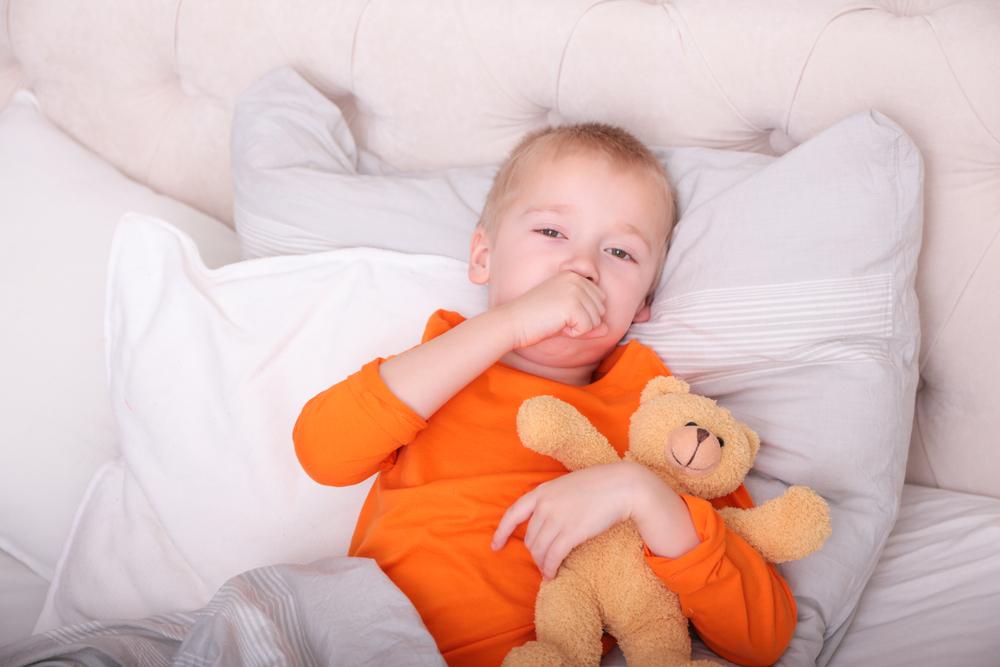 Самой распространенной причиной кашля в ночное время является коклюш — бактериальное инфекционное заболевание, основным проявлением которого и является необычный, приступообразный кашель.