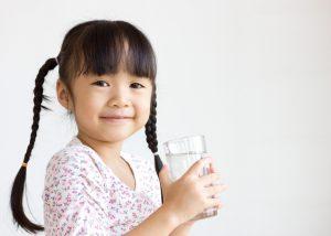 Ребенек употребляет много воды