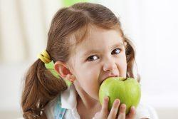 Яблоко: польза и вред для организма ребенка