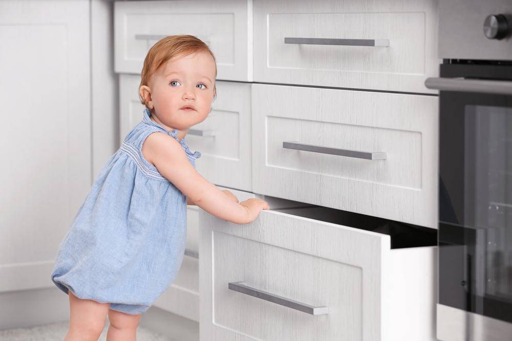 Как правильно обустроить кухню, если дома маленький ребенок