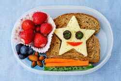 Что давать ребенку в школу на перекус?