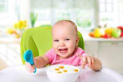 Когда и как переводить ребенка на общий стол?