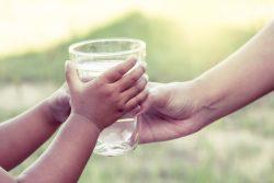 Как приучить ребенка пить воду?